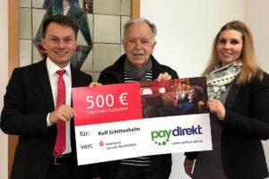 Michael Schleith, Abteilungsdirektor Marketing, und Kundenberaterin Sina Ebner überreichen dem glücklichen Gewinner Rolf Schittenhelm seinen Gewinn.